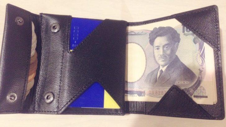 薄い財布中身を入れた状態