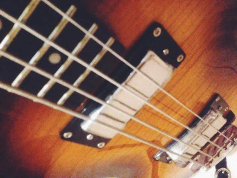 ギターとベースどちらが簡単