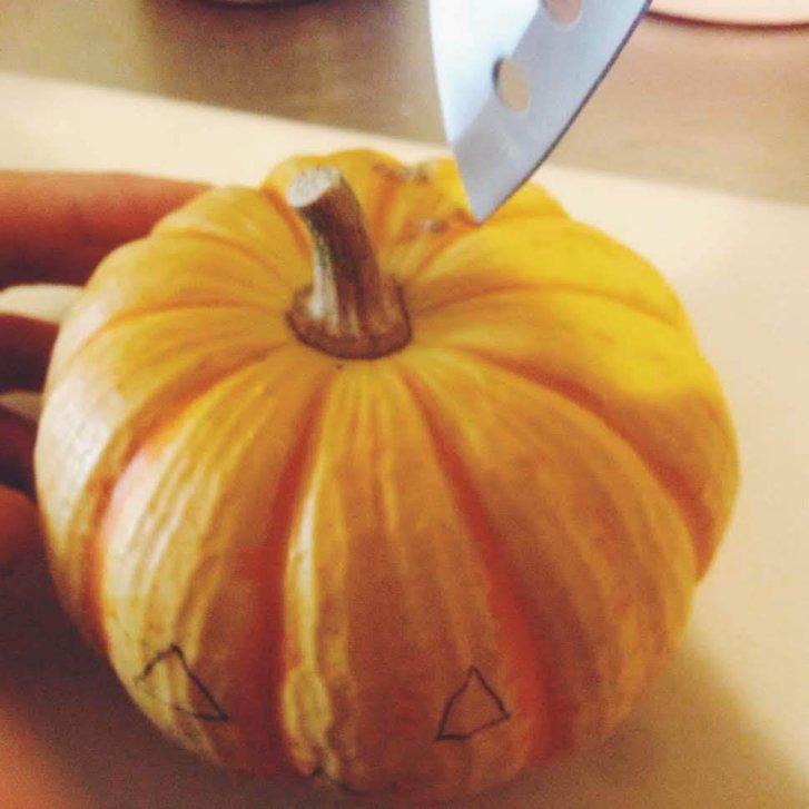 かぼちゃの頭を切る