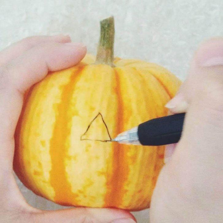 かぼちゃに顔を描く