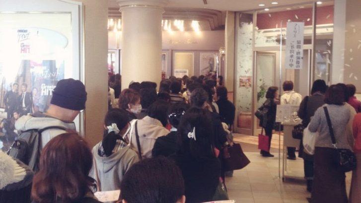 宝塚大劇場立ち見席の列
