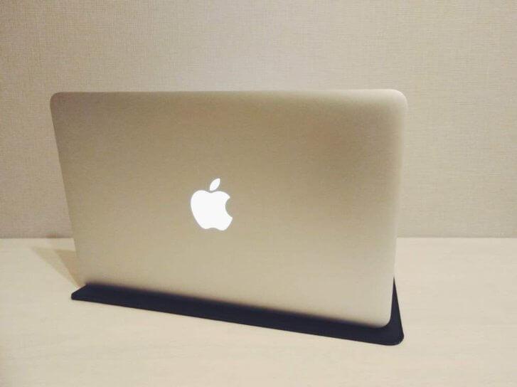 macbookairの背面の光るリンゴが見える